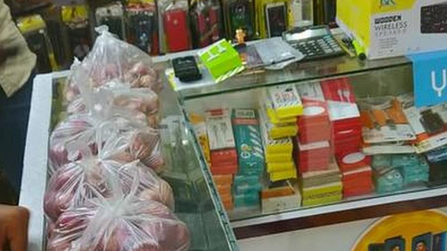 નવો મોબાઈલ ખરીદવા પર મળી રહ્યા છે 1 કિલો કાંદા ફ્રી, દુકાનમાં લાંબી લાઈન