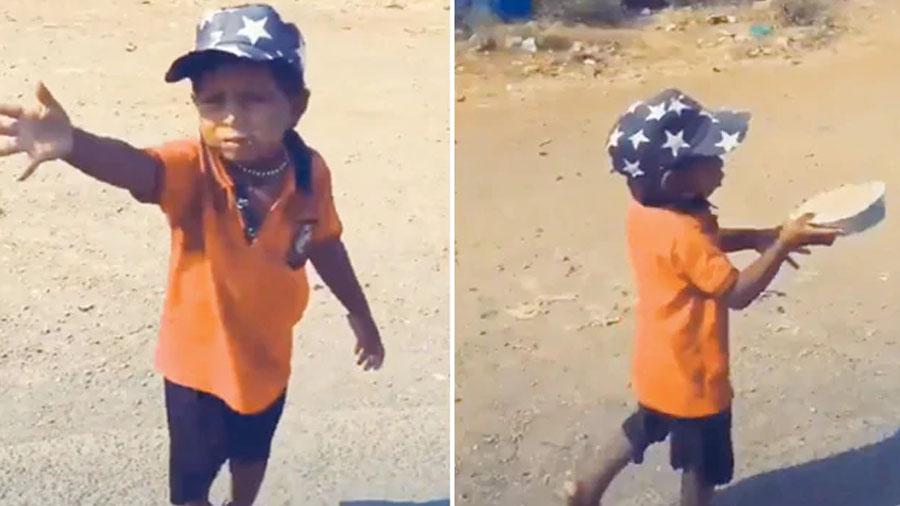 હાઈવે પર જતા ભૂખ્યા બાળકને ભોજન મળતા તે બોલ્યો- મા જમવાનું મળી ગયું, જુઓ Video
