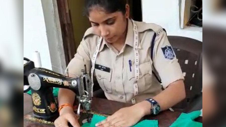 આ મહિલા પોલીસકર્મી ડ્યૂટી બાદ ઘરે જઇને માસ્ક બનાવીને લોકોને વિનામૂલ્યે વહેંચે છે