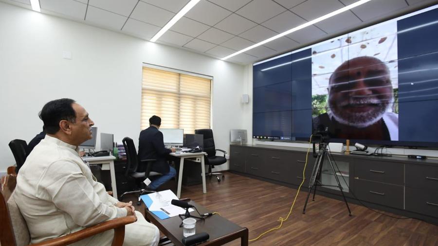 CM રૂપાણીએ મોરારીબાપૂ, દિપીકા ચીખલીયા, પરેશ રાવલ સાથે વાત કરી