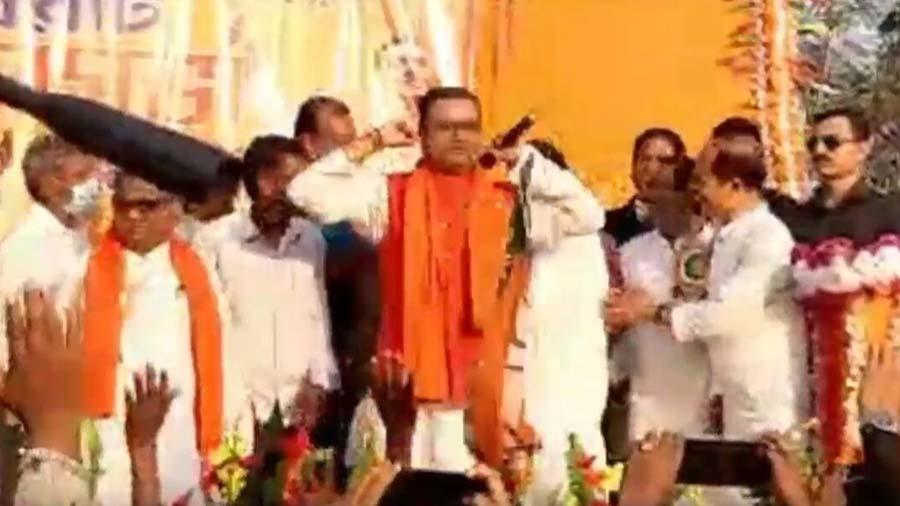 TMC છોડીને BJPમા સામેલ થયેલા નેતાએ મંચ પર કાન પકડીને કરી ઉઠક-બેઠક
