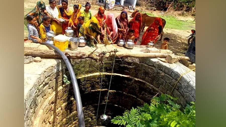 તાઉતેને મહિનો થવા આવ્યો છતા આ ગામમાં અંધારપટ, મહિલાઓ કૂવે પાણી ભરવા મજબુર
