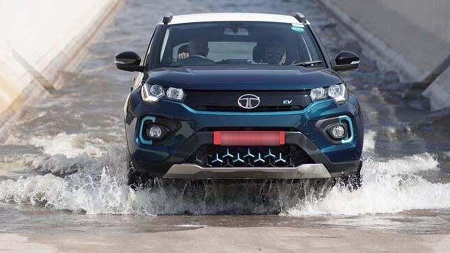 વરસાદમાં કેટલી સેફ છે ઈલેક્ટ્રિક કાર, જાણો સત્ય